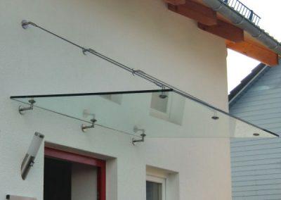 glas-vordach-mit-edelstahl-punkthaltern-und-zugstreben